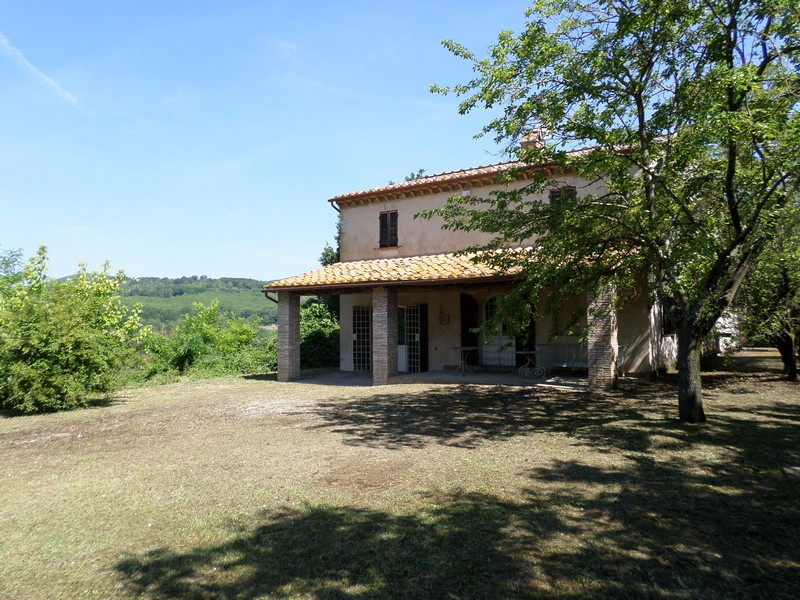 Stone farmhouse overviewing the Umbrian hills
