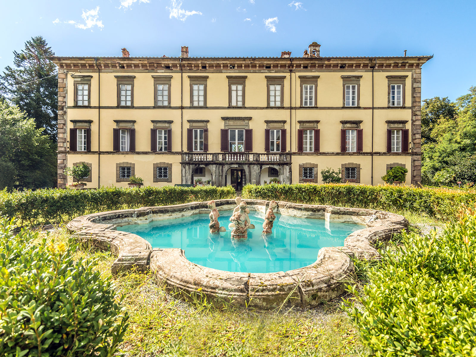 Outstanding historic mansion near Lucca