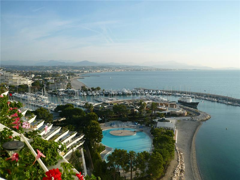 Penthouse on water's edge on the Cte d'Azur