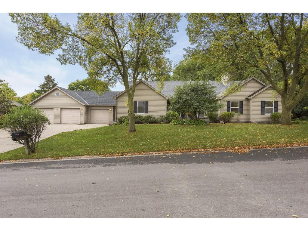 890 Fox Court, Chanhassen, Minnesota