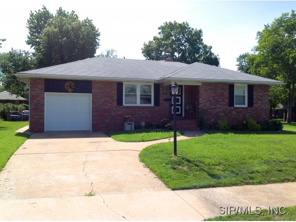 626 Leslie Ave, Wood River, IL 62095