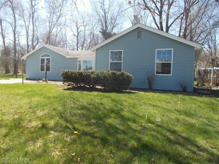 70222 Beach Dr, Edwardsburg, MI 49112