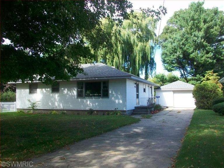 909 E Maple St, Ludington, MI 49431