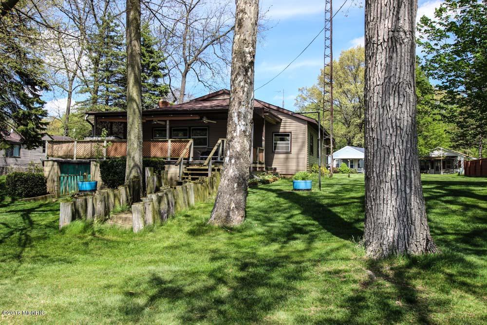52298 Twin Lakeview Dr, Dowagiac, MI 49047