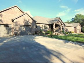 3 Mcguire Dr, Kimberling City, MO 65686