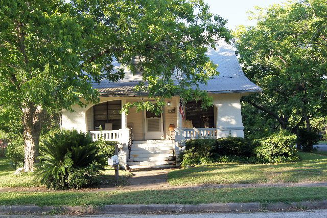 Photo of 107 Walnut St  Yoakum  TX