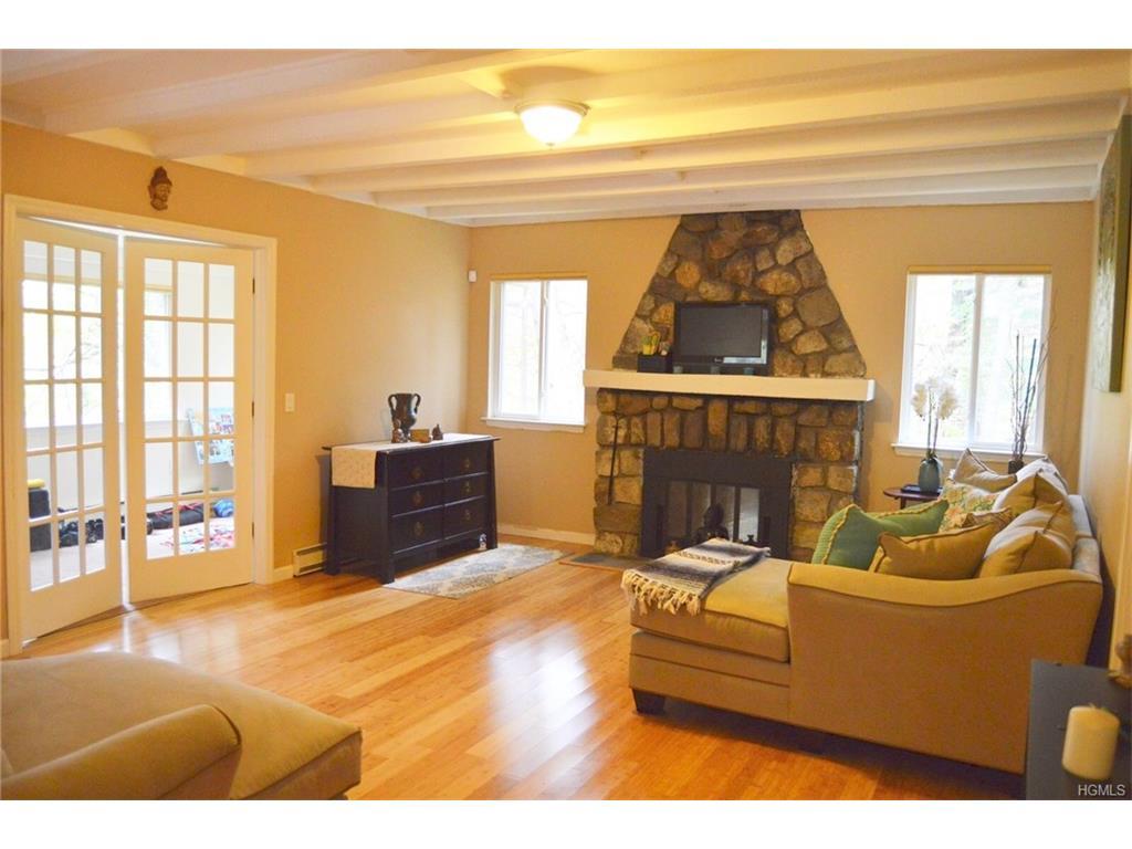 16 Evergreen Rd, Putnam Valley, NY 10579